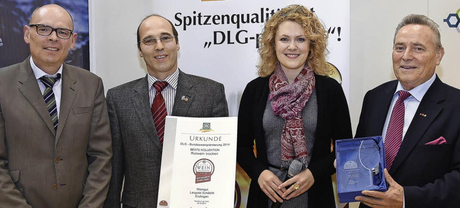 Die Deutsche Weinkönigin Janina Huhn u...an Leopold Schätzle Senior und Junior.    Foto: DLG