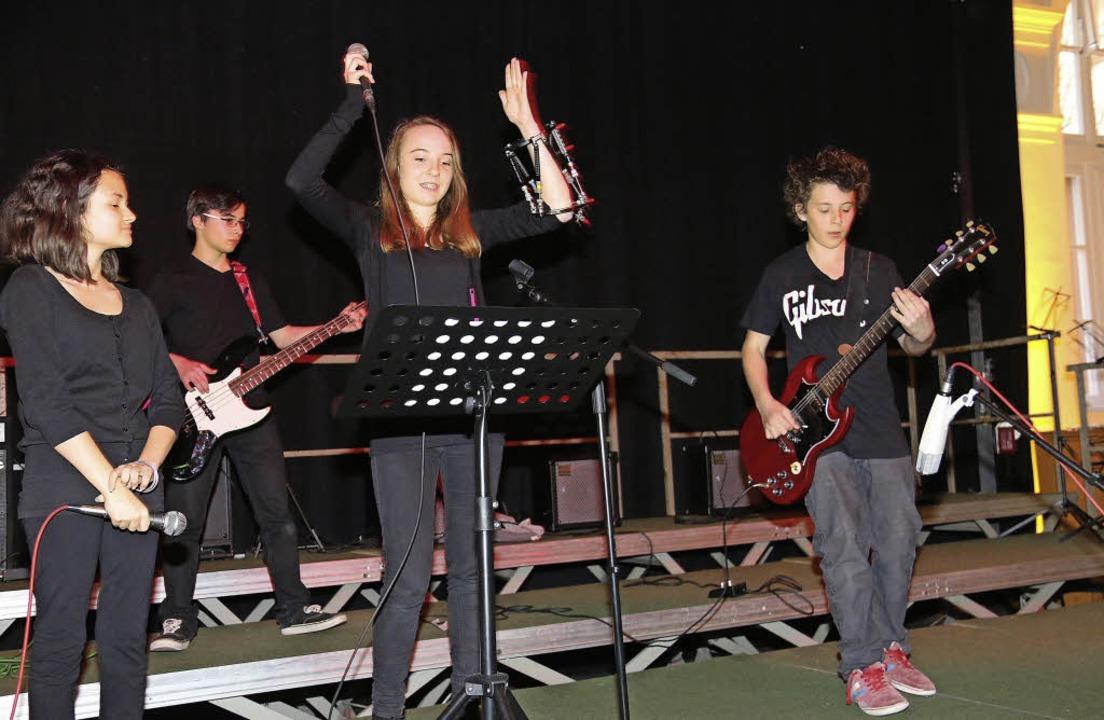 Viel Applaus erhielten die Schülerense...8;  Thomas Klauer leitet das Ensemble.    Foto: Dagmar Barber