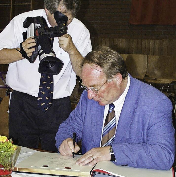 Camille Scheydecker  signierte vor zeh... Urkunde über  20 Jahre Partnerschaft.  | Foto: Markus Maier