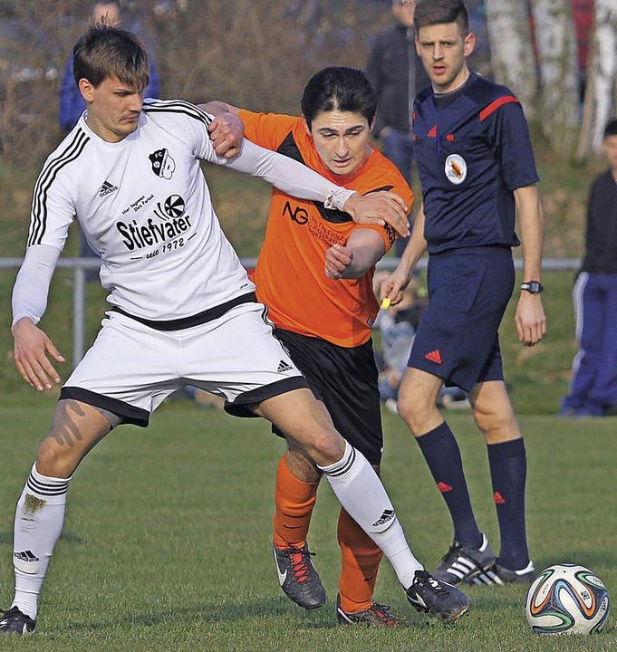Gut bestückter Kader: Jonathan Arnold ...Wittlingen) im Wettstreit um den Ball.  | Foto: benedikt hecht
