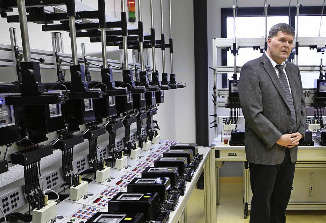 Michael Rieger vor einem  Prüfstand für 20 Haushaltszähler     Foto: christoph breithaupt