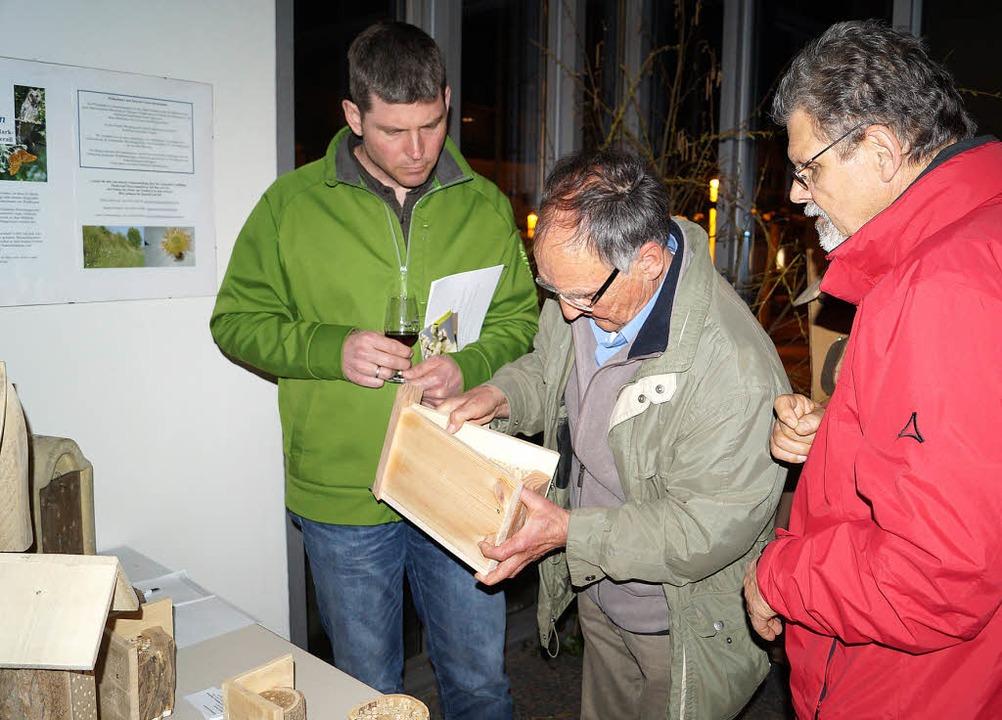 Referent Rainer Sacker (Mitte) zeigt B...ls, um die Artenvielfalt zu schützen.   | Foto: silke hartenstein