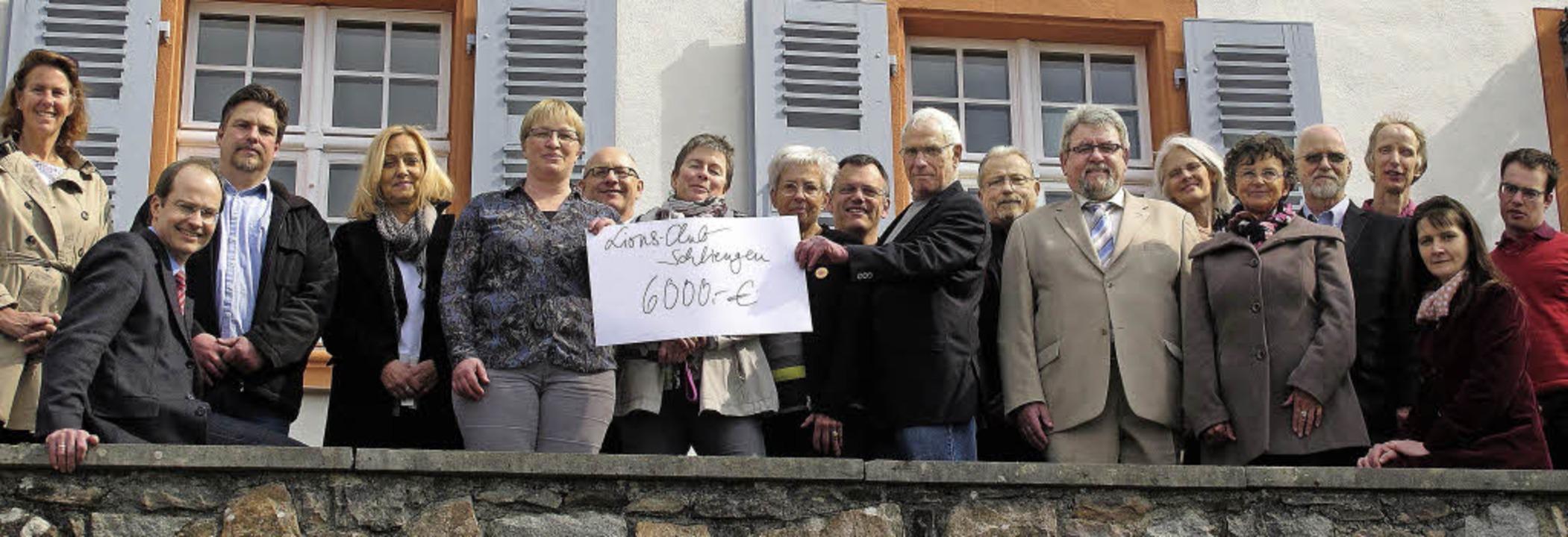6000 Euro wurden auf Schloss Bürgeln v... verschiedene Institutionen übergeben.  | Foto: Jutta Schütz