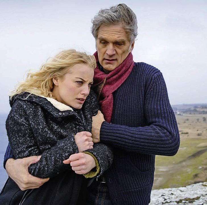 Lebensmüde: Elsa (Ida Engvoll) wird vom Kommissar (Walter Sittler) gerettet.     Foto: Erhard/ZDF