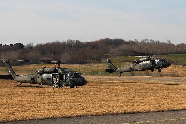 Zwei Black-Hawk-Helis aus USA auf Stippvisite in Freiburg