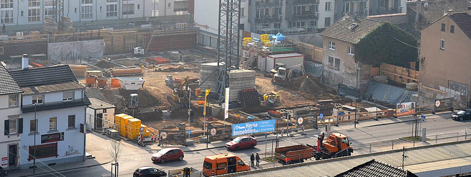 Blick auf die Baustelle: Östlich des B...Fundamenten des Hotelbaues gearbeitet.    Foto: Nikolaus Trenz