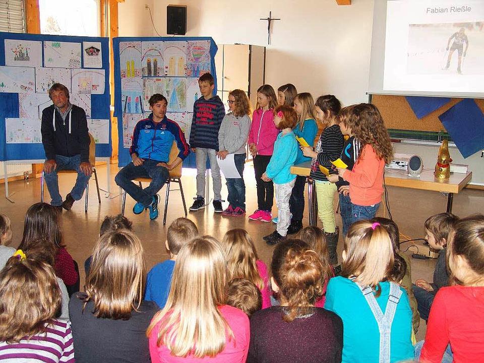 Fabian Rießle wird in der Schule St. Märgen von den Schülern begrüßt.  | Foto: Heinrich Fehrenbach