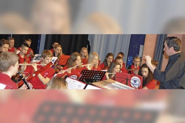 80 Kinder auf der Bühne des Salmen