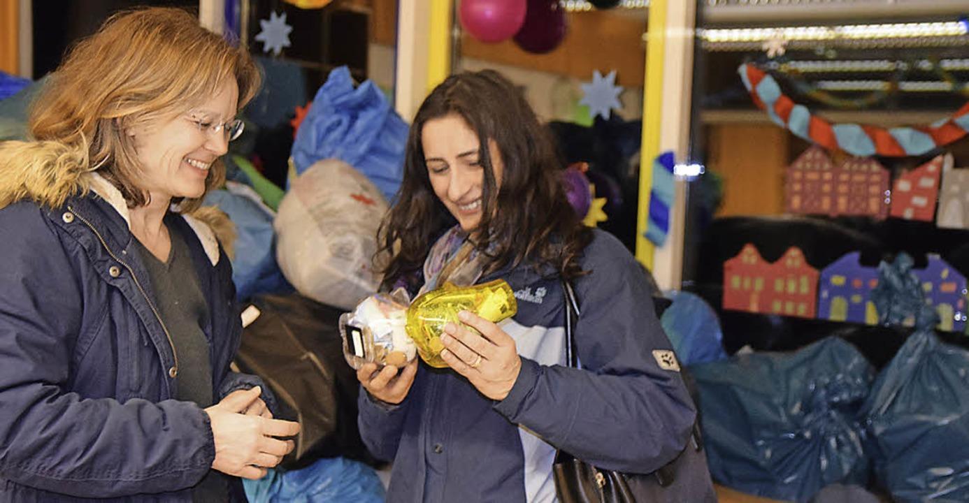 <Text>Hand in Hand für Flüchtlinge aus...: Renate Goller und Zeynep Akay</Text>  | Foto: Beatrice Ehrlich