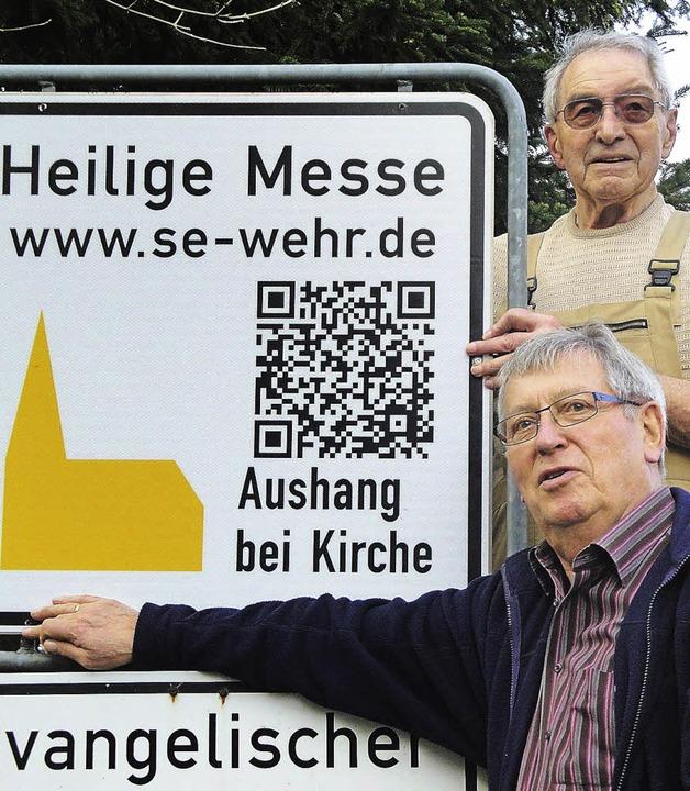 Neue Hinweistafeln haben Herbert Handwerker (oben) und Norbert Hauf montiert.   | Foto: Bader