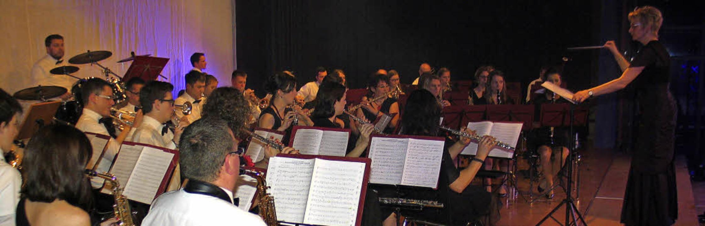 <Text> Gesamtorchester unter der Leitu...und 400 Besucher mit mehreren Stücken.  | Foto: Helmut Hassler