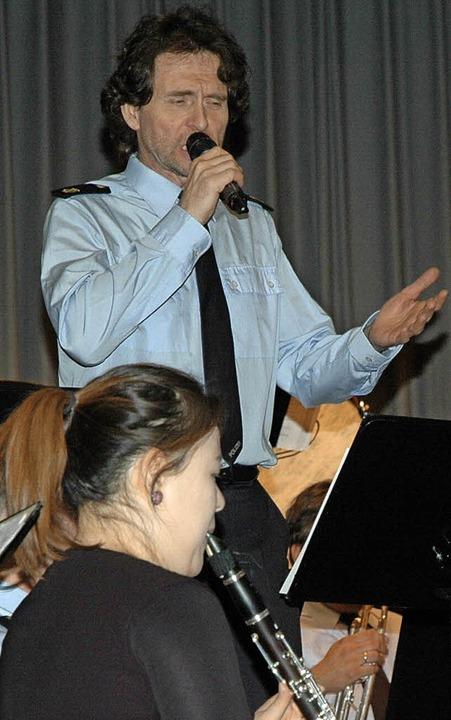 Stürmischen Applaus erntete  Werner Wi... im Medley  mit Songs von Udo Jürgens.  | Foto: OUNAS-KRÄUSEL