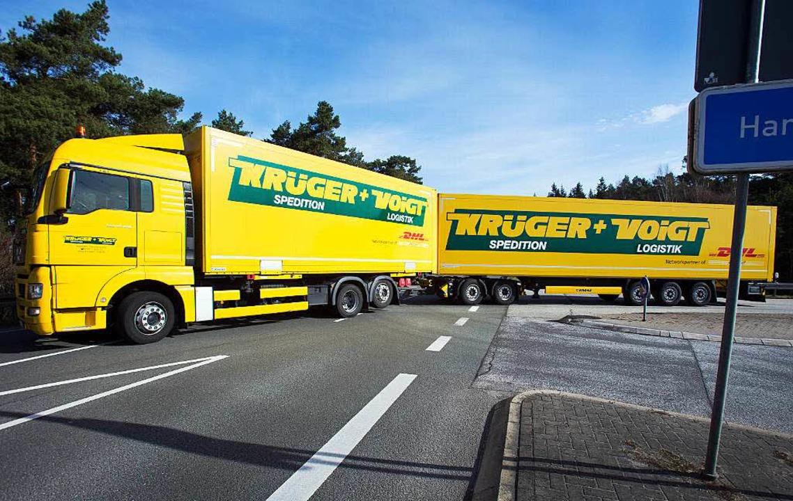Die extra langen Lastwagen sind demnäc...den-Württembergs Autobahnen unterwegs.  | Foto: dpa