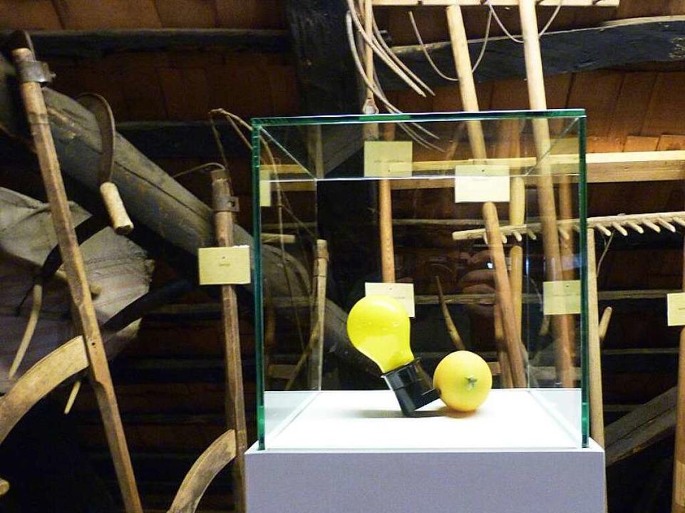 Kunststoffzitrone mit Glühbirne von  Joseph Beuys    Foto: Rolf Müller