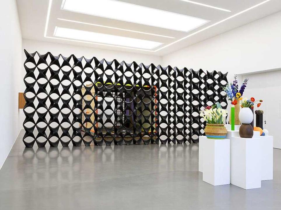 Blick in den Ausstellungsraum: Tobias ...Blumen gefüllte Glasvasen porträtiert     Foto: Wolfgang Künzel (2)/Müller