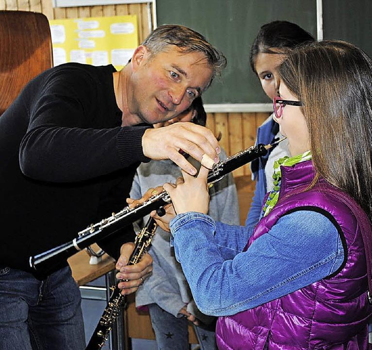 Das Erlernen einer Oboe ist gar nicht ...nftigen Fünftklässlern, wie es  geht.     Foto: Friederike Zimmermann
