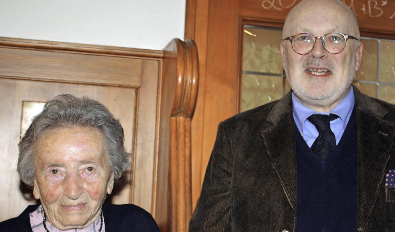 Winfried Höhmann überreichte Elisabeth...-jährige Verbundenheit zum Ortsverein.  | Foto: Schnabl
