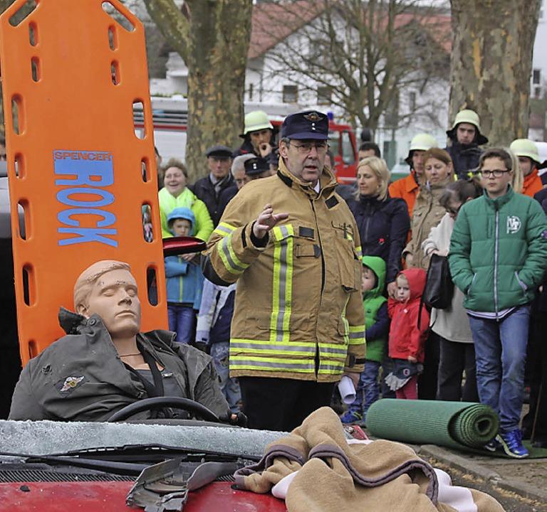 <Text>Kommandant Engelbert Kläger stel...ntwortete Fragen der Zuschauer.</Text>  | Foto: Kunibert Ständer