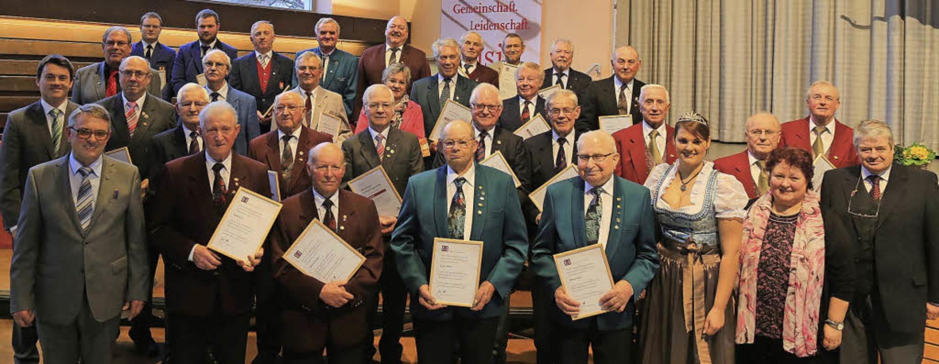 Als Dank für Jahrzehnte lange Treue zu...erbund zahlreiche Chormitglieder aus.   | Foto: fotos: sandra decoux-kone