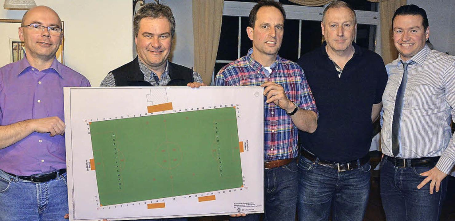 Das Vorstandsteam der SG Schlüchttal m...r die Sportplatzsanierung in Riedern.     Foto: Burger