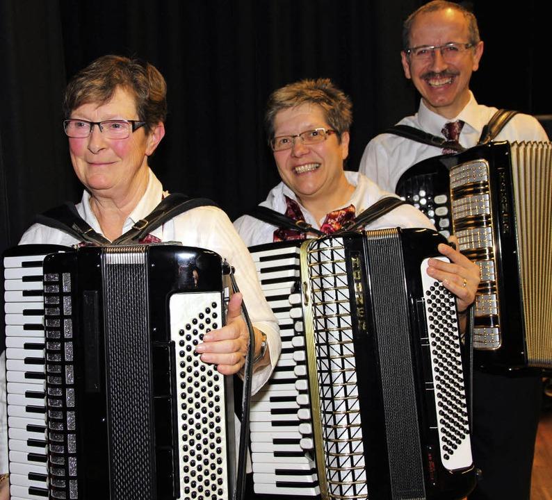 Ilona Hoffmeyer-Lange (links), Felicit...chen Harmonikaverbandes ausgezeichnet.    Foto: akh