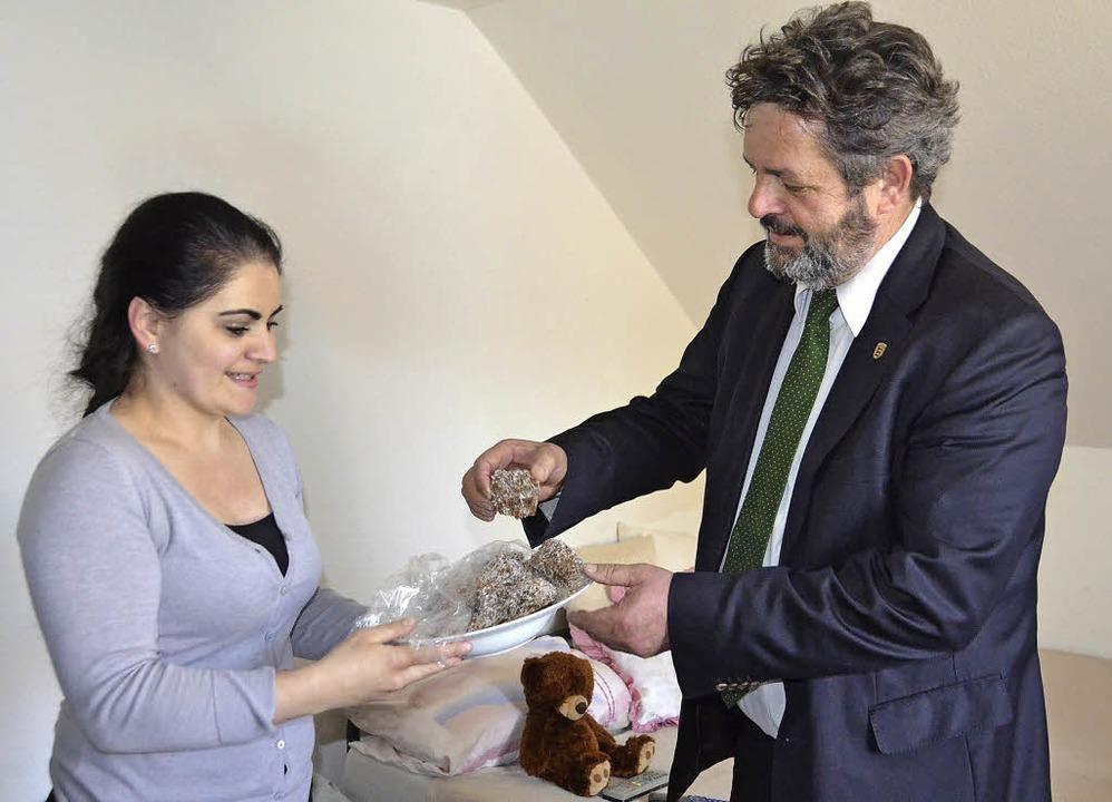 Gastfreundschaft bewiesen die Asylbewe...ker mit süßen Spezialitäten begrüßten.    Foto: Juliane Kühnemund