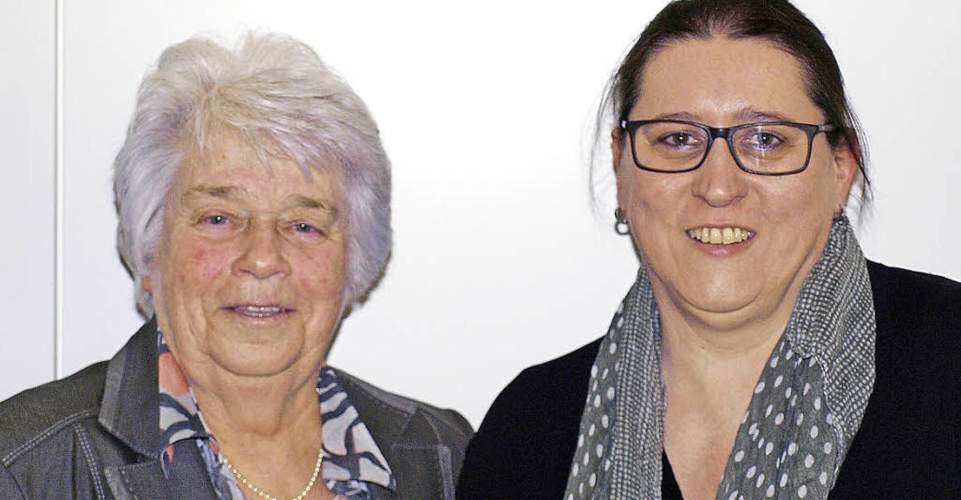 Ortsvorsteherin Silke Herzog  (rechts)... Frauenvereins Brombach, Heidi Raeder   | Foto: Paul Schleer