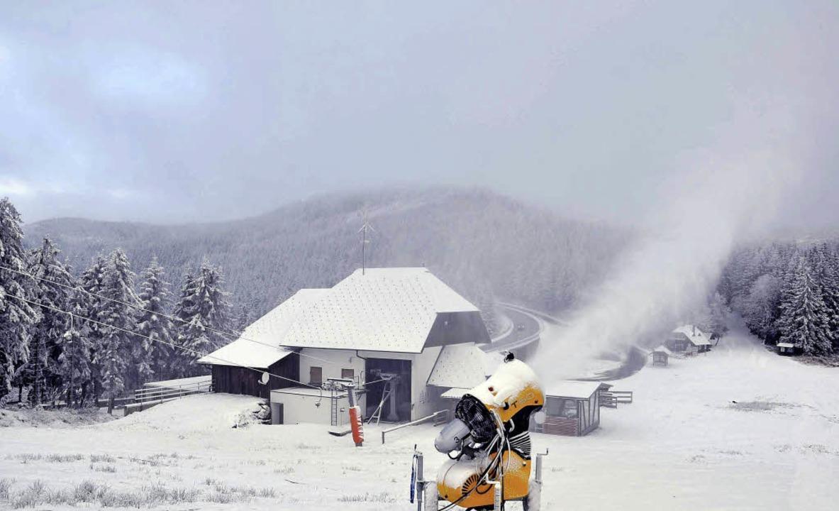 Ohne Schneekanonen geht es auch an der B 500 nicht mehr.   | Foto: margull