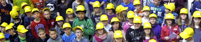 Mit gelben Schildkappen bewehrt meiste...die künftigen Schüler ihre Lernrallye.    Foto: Privat