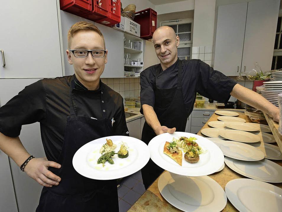 Chris Bensmann (links) und Marcos Sant...egetage präsentieren vegane Gerichte.   | Foto: Ingo Schneider