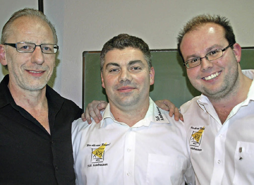 Michael Tilly (Mitte) gibt den TuS-Vor...lungsleiter Ringen ist Hennes Vögele.   | Foto: Wunderle