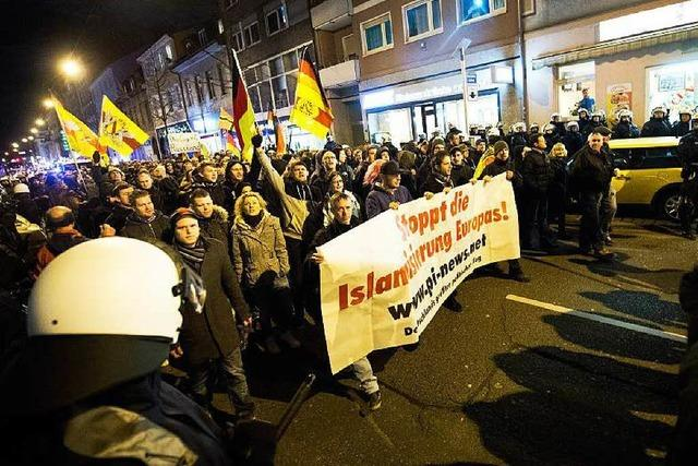 Polizei räumt Karlsruher Platz für Pegida-Versammlung