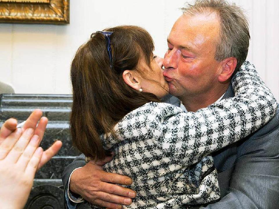 Ehepaar  Konzelmann feiert den Sieg.   | Foto: dpa
