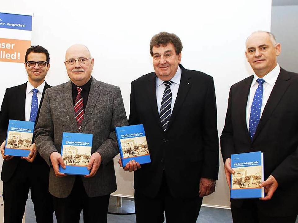 Stellen das Volksbank-Buch vor (von li...li, Manfred Basler und  Reiner Richter    Foto: Heidi Foessel