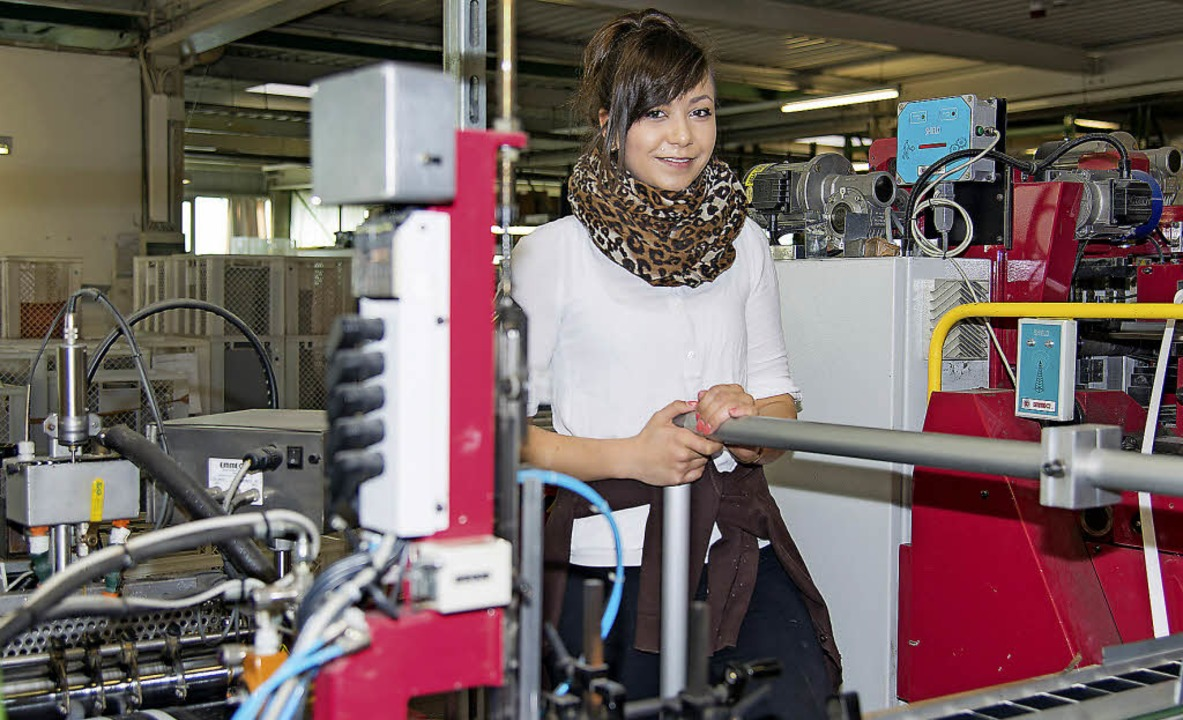 Julia Mischka überwacht die  Falzmaschine.   | Foto: Olaf Michel