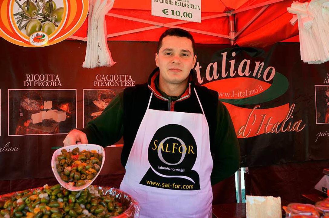 Auch Stefano Tanasa bietet viele italienische Köstlichkeiten an.  | Foto: Julia Trauden