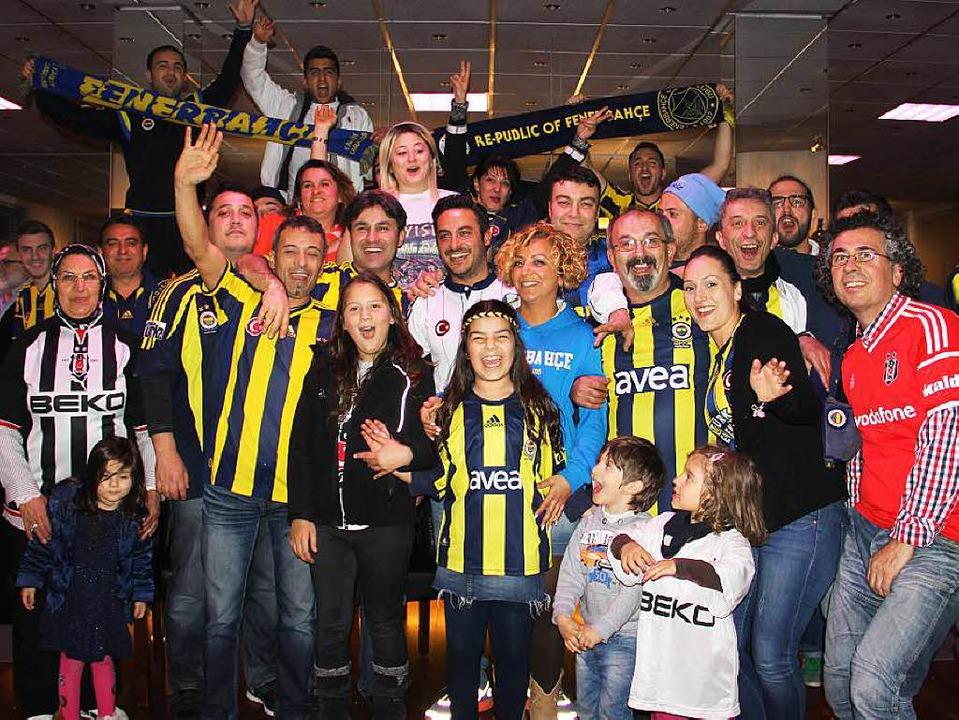 Der Fenerbahce-Fanclub Freiburg feiert... den Istanbuler Lokalrivalen Besiktas.    Foto: Christian Engel