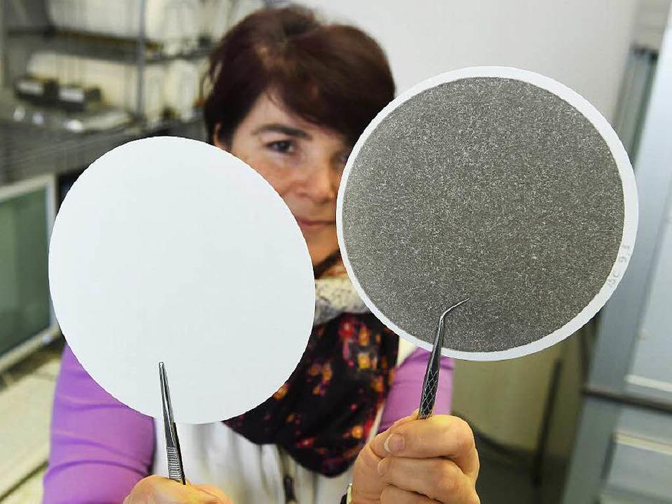 Der Feinstaub von 24 Stunden:  Helena ...und einen gebrauchten Luftmessfilter.   | Foto: dpa