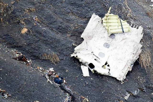 Flugzeugabsturz in Frankreich: Bergung in unwegsamem Gelände