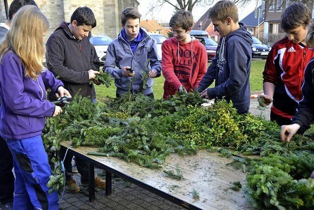 Jugendliche engagieren sich beim Palmenbasteln