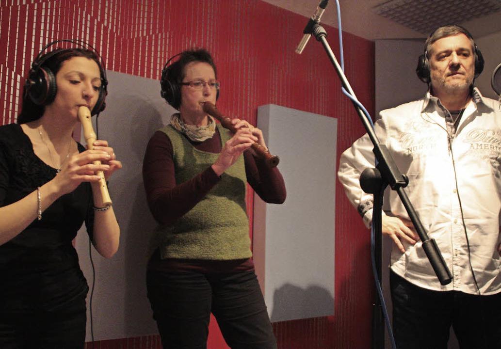 Patrizia Pauciello, Anne Kalmbach und Günter Butz (von links) im Tonstudio  | Foto: Jörn Kerckhoff