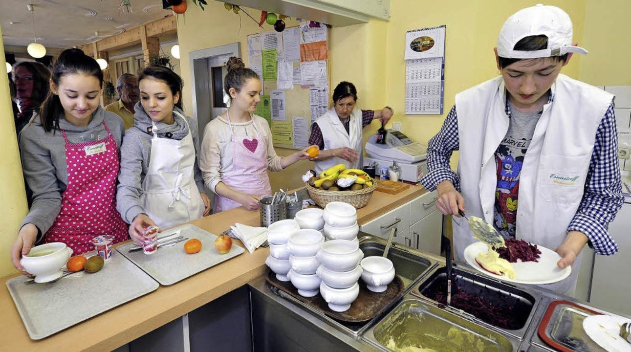 Die Praktikanten beim Essenstreff: Fri...ergrund würzt Chefin Anna Faller nach.  | Foto: Thomas Kunz