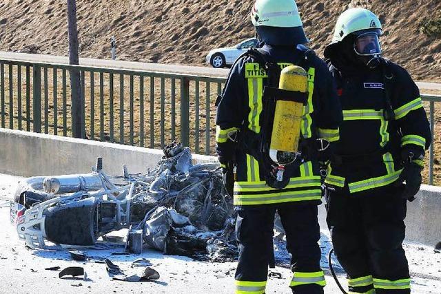 Auto schneidet Kurve: Zwei Motorradfahrer schwer verletzt
