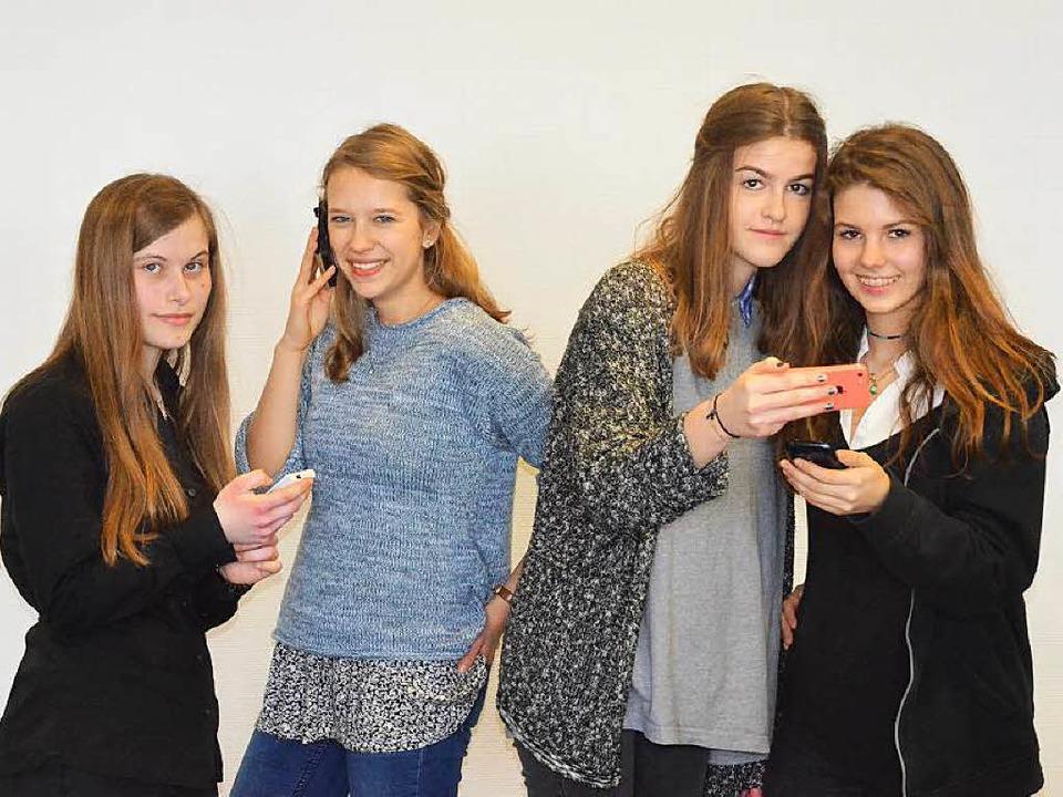 Ohne Handy geht fast gar nichts mehr. ... Lucia Kruse und  Antonia Lapp (v.l.).  | Foto: Redaktion Weil