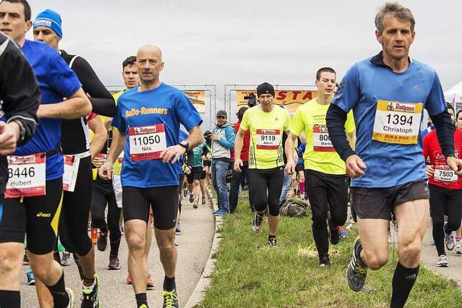 Tausende Läuferinnen und Läufer nehmen den Freiburg-Marathon 2015 unter die Sportschuhe. (Foto: Daniel Antoniutti)