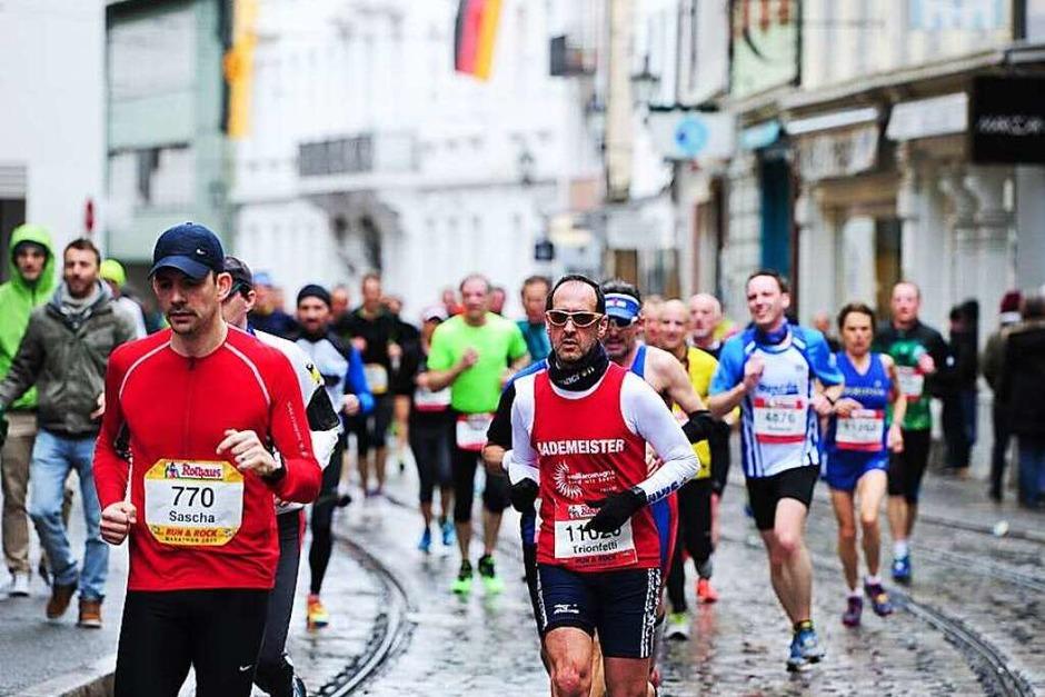 Freiburg im Marathonfieber: Helfer und Schaulustige haben die Sportler angefeuert – und zur Musik der Bands entlang der Strecke getanzt. Die Teilnehmer haben trotz Regenwetters ihr Bestes gegeben. (Foto: Miroslav Dakov)