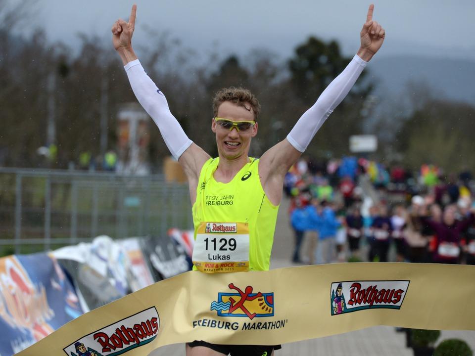 Lukas Naegele war am schnellsten: Der Sieger des Freiburg-Marathon 2015.  | Foto: Patrick Seeger