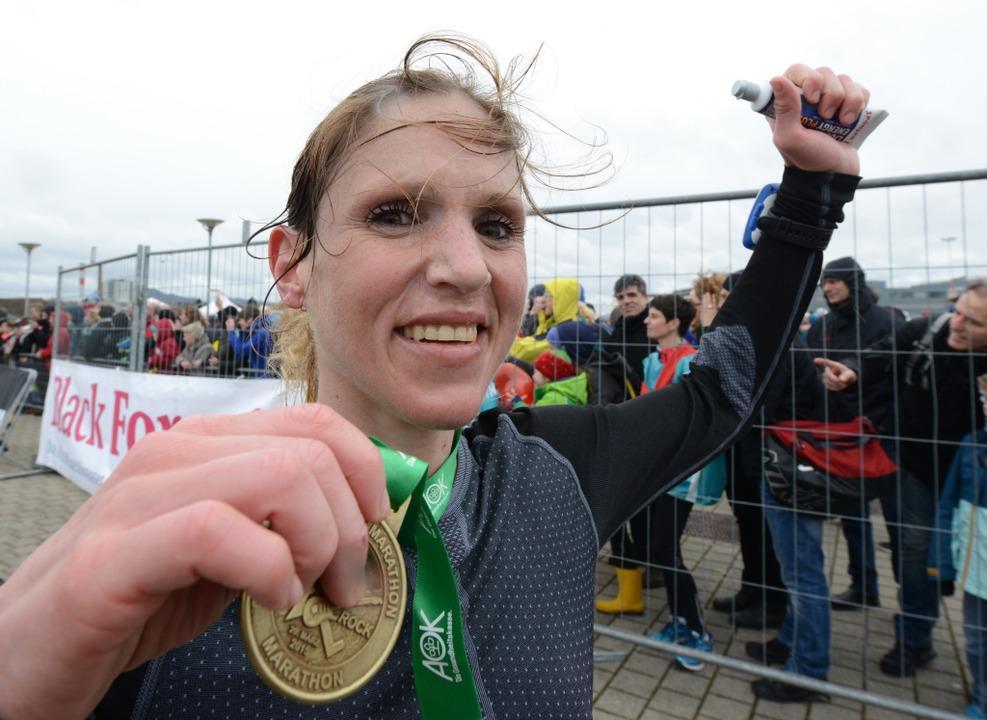 Erschöpft aber glücklich nach  42,195 Kilometern: Ann-Katrin Hellstern.  | Foto: Patrick Seeger