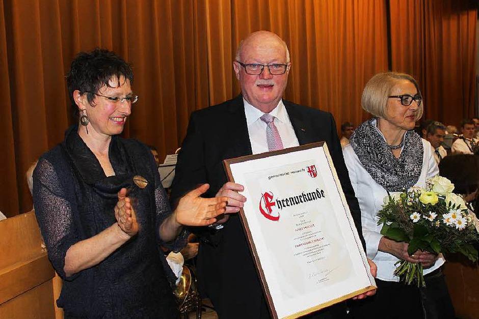 Josef Hügele und Ehefrau Rosmarie freuen sich über seine Ernennung zum Ehrenbürger von March; links seine Stellvertreterin Barbara Laube-Steinhauser (Foto: Mario Schöneberg)