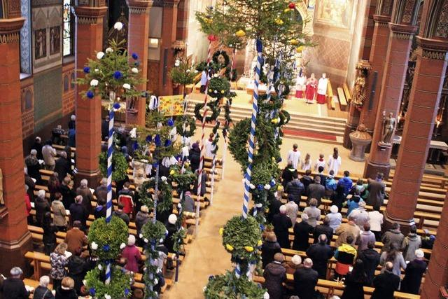 Kunstvolle Palmen schmücken die Kirche